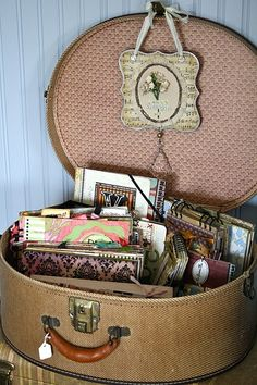 Dozen Handmade Gifts for Tween & Teen Girls Great way to use a vintage suitcase or hat box- to store art journals or mini books!Great way to use a vintage suitcase or hat box- to store art journals or mini books! Vintage Suitcases, Vintage Luggage, My New Room, My Room, Living Vintage, Lucky Day, Hat Boxes, Train Case, Mini Scrapbook Albums