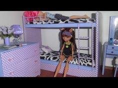 Olá hoje você irá aprender a fazer um lindo guarda-roupas para suas bonecas. Materiais: Papelão Papel contact Cola Quente Enfeites para portas e gavetas Canu...