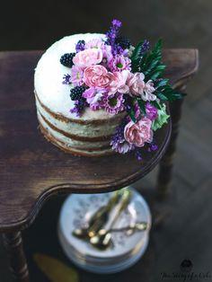 Polonahá vanilková torta s levanduľou (Semi-naked lavender cake)