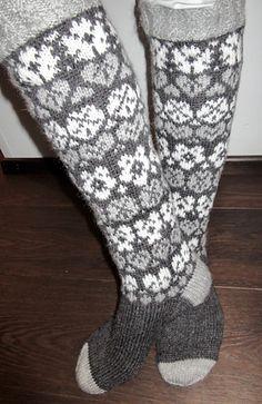 Marjulit on polvipituinen sukka, pohkeessa on 74 silmukkaa. Varren kaavio on saatavilla blogissani, mutta ohjeet ovat ainoastaan suomeksi. Socks, Fingerless Gloves, Arm Warmers, Diy And Crafts, Pattern, Wool, Tricot, Fingerless Mitts, Patterns