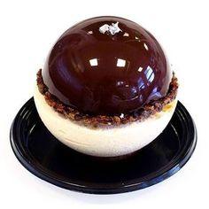 Ma version du «Merveilleux», composé d'une coque de meringue craquante, d'un crémeux chocolat au lait & coco, d'une nougatine au grué de cacao et d'une mousse légère coco