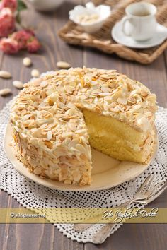 Almond and white chocolate cake- Torta di mandorle e cioccolato bianco Almond and white chocolate cake - Pastry Recipes, Cookie Recipes, Dessert Recipes, White Chocolate Cake, Torte Cake, Sweet Pastries, Almond Cakes, Sweet Bread, Yummy Cakes