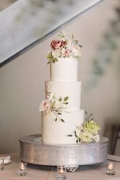 Photo by Tanya Salazar / Florals by Viridescent Floral Design / Cake by Kristina DePalma, Cake Flowers by Ahram Songg