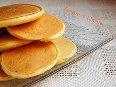 Questi pancakes salati sono dei perfetti sostituti del pane che si preparano in pochissimi minuti e che cuociono in padella. Facilissimi da preparare!