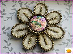 Zipper felt pin with center button❤ saved by Elizabeth Zipper Bracelet, Zipper Jewelry, Zipper Flowers, Fabric Flowers, Brooches Handmade, Handmade Flowers, Alexandre Mcqueen, Felt Keyring, Zipper Crafts