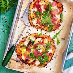 Blomkålspizza! Perfekt för alla vill äta mindre kolhydrater, är glutenintoleranta eller bara vill göra en riktigt mumsig pizza med fyllig smak. Vad du toppar blomkålspizzan med väljer du själv, men vi gillar italiensk topping.