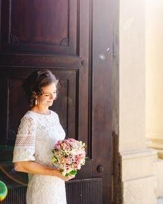 Bei den Brautpaarportraits nehmen wir uns auch immer ein paar Minuten Zeit um Einzelportraits zu machen. Wer würde denken, dass es bei diesem Foto Februar und sehr kalt war? ;-) Wir konnten die Sonne im windgeschützten Eingang vom @stift_klosterneuburg perfekt nutzen.⠀⠀⠀⠀⠀⠀⠀⠀⠀ ⠀⠀⠀⠀⠀⠀⠀⠀⠀ Nach den Fotos wurde im Anschluss im gemütlichen @sabrinassweetmeet gefeiert.⠀⠀⠀⠀⠀⠀⠀⠀⠀ .⠀⠀⠀⠀⠀⠀⠀⠀⠀ .⠀⠀⠀⠀⠀⠀⠀⠀⠀ . ⠀⠀⠀⠀⠀⠀⠀⠀⠀ #hochzeitsfotografniederösterreich #klosterneuburg weddinginaustria #austrianwedding… Girls Dresses, Flower Girl Dresses, Portrait, Wedding Dresses, Instagram, Fashion, Pictures, February, Cold