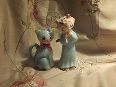 salt and pepper cats Salt Pepper Shakers, Salt And Pepper, Grandmothers Kitchen, Vintage Cupcake, Pepper Spice, Salt Box, Kitchen Cupboard, Vintage Holiday, Canisters