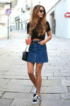 Top cropped preto, saia jeans de botões, cinto na cintura, tênis Vans
