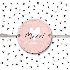 Zwart, wit en lichtroze geboortekaartje voor meisje met label en lieve kleine hartjes.