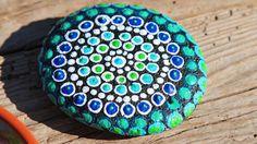 Der Farb- und Musterwahl sind keine Grenzen gesetzt und gerade für Kinder ist das Bemalen der bunten Mandala-Steine eine tolle Freizeitbeschäftigung