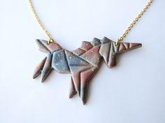 Collier licorne origami galaxy en pâte fimo et laiton doré : Collier par Mademoiselle Graphic.   Collier fantaisie licorne origami fait main en pâte fimo (pâte polymère) et chaîne en laiton. #Licorne #Origami #Unicorn #bijoux #bijouxcréateur #bijouxfantaisie #bijouxfimo