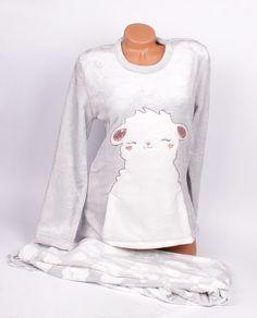 Дамска, мека и нежна пижама от Софт.  Горна част е в нежен сив цвят с апликация на спящото духче -  Каспар и голям джоб отпред. Долната част е дълъг панталон в нежно сиво с ластик и връзка на талията, декориран с нежни бели облачета.