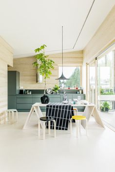 cuisine très inspirante vert et bois , graphique et naturelle hunajaista #kitchen #green #wood #decor #home #inspiration #pepperbutter www.pepperbutter.com