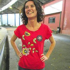 Camiseta customizada, aplicação, bordado a mão. Arte em tecido, artesanato, arte, desenho, flores, camiseta. Fuxicultura.