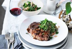 Rib-Eye-Steak mit Senf-Pfeffer-Kruste und gebratenem Kohl