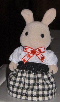 et une tenue aussi pour la maîtresse Sylvanian Families, Bunny Toys, Hello Kitty, Christmas Ornaments, Holiday Decor, Fictional Characters, Clothing, Art, Hobbies
