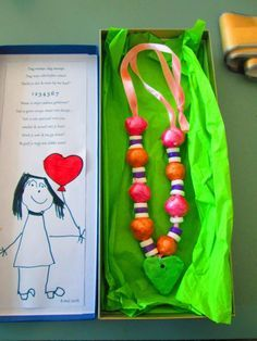 Beautiful pearl necklace in a box . Happy Mother S Day, Mother And Father, Happy Mothers, Mother Gifts, Recycling Projects For School, Spring Crafts, Holiday Crafts, Cadeau Parents, Art For Kids