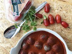 Mausteinen tomaattikastike + mustapapujapullia + Dunne tomaatteja = Makuelämys! #mustapapu #villinävegeen #kasvisreseptit #kasvisruoka Sausage, Meat, Food, Sausages, Essen, Meals, Yemek, Eten, Chinese Sausage