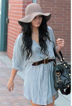 El vestido camisero, un nuevo básico para el verano. Aquí Vanessa Hudgens con uno en denim.