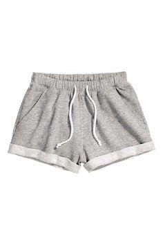 Pantalón corto en sudadera: Pantalón corto de chándal en tejido jaspeado. Cintura elástica con cordón de ajuste y bajos vueltos cosidos.