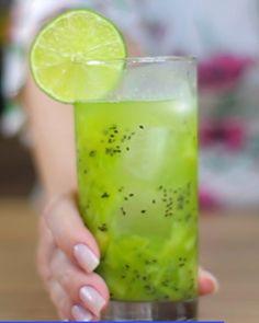 Caipirosca de kiwi    Marca um amigo pra conhecer nossas receitas.   Conheçam também @mussumalive e @danibirita   #bebidaliberada #drink #drinks #coquetel #caipirosca #bartender #caipirinha #receitas Honeydew, Kiwi, Fruit, Instagram, Food, Cocktail, Recipes, Meal, Honeydew Melon