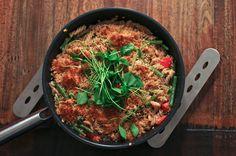 Nudel Pfanne mit Pinienkernen Bohnen und Postelein Salat