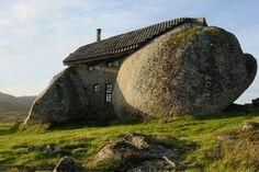 """5. Casa de Pedra Localizada em Portugal, essa é uma casa de pedra – literalmente falando. Conhecida como """"Casa de Penedo"""", ela foi construída em 1974 para ser um refúgio de férias. Por dentro é confortável e possui lareira e piscina: tudo de pedra."""