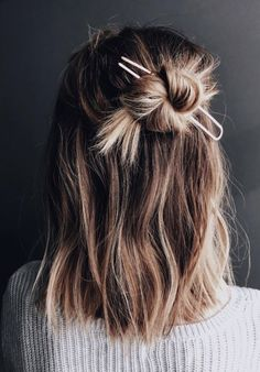 Hair Styles 2018 Easy styling for a lazy Friday! It's the weekend Discovred by : Byrdie Beauty Messy Hairstyles, Pretty Hairstyles, Hairstyle Ideas, Bun Hairstyle, Hair Inspo, Hair Inspiration, Grunge Hair, Hair Day, Gorgeous Hair