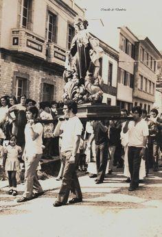Veciños en procesión o día dunha festa cun santo. Cedida por Ezaro.com