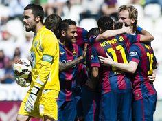 Piña de los jugadores del Barça para celebrar un gol contra el Córdoba.