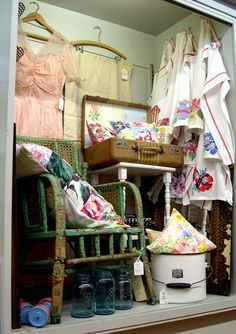 Vintage Booth Display, Antique Booth Displays, Antique Mall Booth, Antique Booth Ideas, Vintage Store Displays, Antique Fairs, Glass Shelves In Bathroom, Bathroom Storage, Store Window Displays