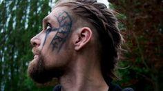Viking makeup tutorial (inspired by Floki) Viking Costume Diy Mens, Vikings Costume Diy, Viking Halloween Costume, Vikings Halloween, Viking Cosplay, Male Cosplay, Viking Men, Viking Hair, Viking Warrior