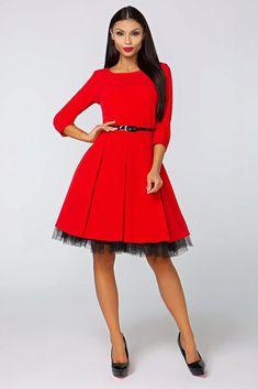 """Nádherné šaty jako stvořené na společenské události jako jsou plesy, taneční, ale i na firemní večírek. Červená barva a perfektní střih to jsou hlavní trumfy těchto krásek. Pohodlný střih s lodičkovým výstřihem, tříčtvrtečním rukávkem, zapínáním na zadní straně na skrytý zip, délka ke kolenům, materiál 95% polyester, 5% elastan. Pro bohatší objem sukně doporučujeme doplnit spodničkou v délce 23""""."""