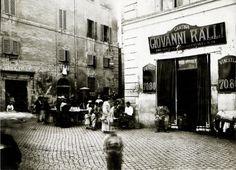 , esterno di rivendita di vini, banco di fotografie e venditore ambulante di castagne arrosto, roma 1890