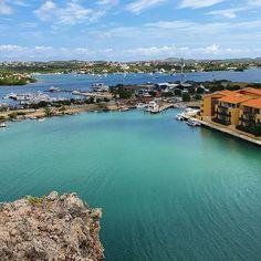 Dia 4 Curaçao   Pegamos um tour no Porto de Curaçao de 4 horas com 2 horas na praia custou 20 dólares por adulto incluindo cerveja e água. Pedrinho não pagou (negociem o calor da criança!). A primeira parada foi em uma fábrica de licor a segunda foi nessa vista de Willemstad o Jan Thiel.  #curacao #caribe #caribbeansea #norwegiancruises #norwegianepic #descansanavolta #caribbean #sourbbv Willemstad, River, Outdoor, Instagram, 4 H, Root Beer, Porto, The Beach, Caribbean