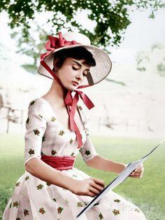 "Love this shot of Audrey Hepburn. ""Audrey Hepburn sketches on the set of ""War and Peace"" in Audrey Hepburn Mode, Audrey Hepburn Pictures, Aubrey Hepburn, Mode Vintage, Vintage Love, Vintage Style, Vintage Dress, Moda Pin Up, Divas"