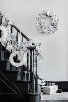 Festive DIY Xmas Garlands Ideas for Fireplaces and Stairs Elegant Christmas Decor, Blue Christmas Decor, Silver Christmas, Christmas Stairs Decorations, Xmas Wreaths, Christmas Garlands, Stair Decor, Christmas Inspiration, Festive