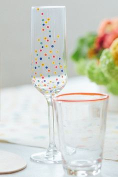 champagne flutes decorated with dots of paint // photo by TheWhyWeLove.com