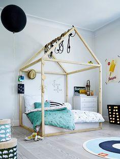 Houten bed in de vorm van een huis met vloerkleed en accessoires | fall asleep in a wooden cottage | Done by Deer