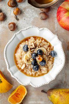 Owsianka na wodzie  Składniki: • 1 miarka płatków owsianych (zwykłych, nie błyskawicznych) • 2 miarki wody • mielony cynamon • 1/3 miarki mleka zwykłego 2% lub roślinnego (owsiane, ryżowe, migdałowe) lub koziego  Przykładowe dodatki: • sok z cytryny • banan • starte lub prażone jabłko • orzechy, pestki słonecznika (najlepiej podprażone na patelni) • syrop klonowy • syrop malinowy • domowa granola • sezonowe świeże owoce (truskawki, maliny, borówki, jagody)