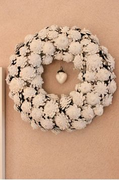 Pinecone wreath but with the bottom of the pinecone showing. Pine Cone Art, Pine Cone Crafts, Wreath Crafts, Diy Wreath, Door Wreaths, Pine Cones, Burlap Wreath, White Wreath, Wreath Ideas