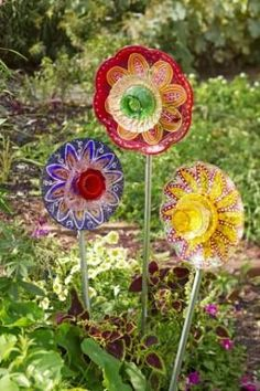 Best DIY Glass Yard Art Design Ideas For Your Garden Decor. If you wish to garden whilst living in an apartment, consider making a bottle … Glass Garden Flowers, Glass Plate Flowers, Glass Garden Art, Flower Plates, Glass Art, Diy Flowers, Lotus Flowers, Glass Birds, Tropical Flowers