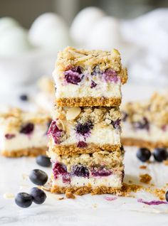 Blueberry Crumble Cheesecake Bars are a simple dessert that have a buttery crust, creamy cheesecake filling and a sweet crumble topping. Köstliche Desserts, Delicious Desserts, Dessert Recipes, Bar Recipes, Plated Desserts, Fruit Crumble, Crumble Topping, Granola, Sopapilla Cheesecake