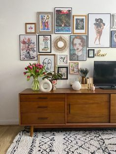 My new gallery wall in our play room. It starts above the sideboard and gradually climbs up over the TV Diy Bedroom Decor, Living Room Decor, Home Decor, Living Room Prints, Bedroom Tv, Modern Bedroom, Bedroom Ideas, Inspiration Wand, Inspiration Boards
