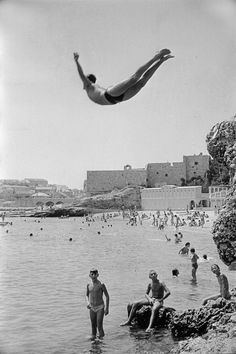 Marc Riboud :: A man diving in front of Dubrovnik walls, 1953 / more [+] by this photographer Marc Riboud, Henri Cartier Bresson, Dubrovnik, Old Photos, Vintage Photos, Bratislava, Claudio Bravo, Street Photography, Art Photography
