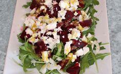 Salade met Rode Bieten en Geitenkaas is heerlijk voor bij ieder hoofdgerecht. De zoete smaak van de bieten past prachtig bij de smaak van de geitenkaas!