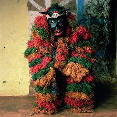 Desde meados dos anos 80, Phyllis Galembo tem produzido um impressionante trabalho fotográfico que documenta o caráter físico, costumes e rituais das práticas religiosas e populares africanas e suas manifestações no Caribe e na América do Sul. 7 › www.galembo.com