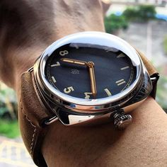 Just the right light to catch the good hands on the Panerai PAM424.