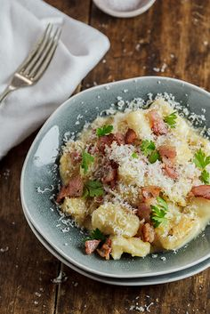 Fantastic comfort food in the form of soft, home-made gnocchi in a rich and creamy Carbonara sauce. Gnocchi Recipes, Pasta Recipes, Cooking Recipes, Cooking Ideas, Lunch Recipes, Dinner Recipes, Carbonara Sauce, Good Food, Salads